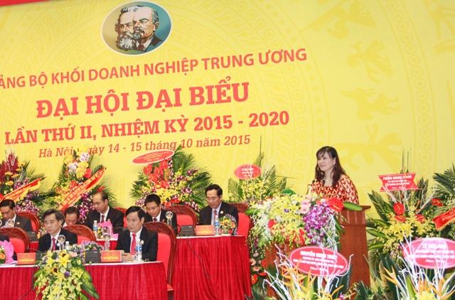 Đại diện Đoàn Thư ký trình bày dự thảo Nghị quyết Đại hội.