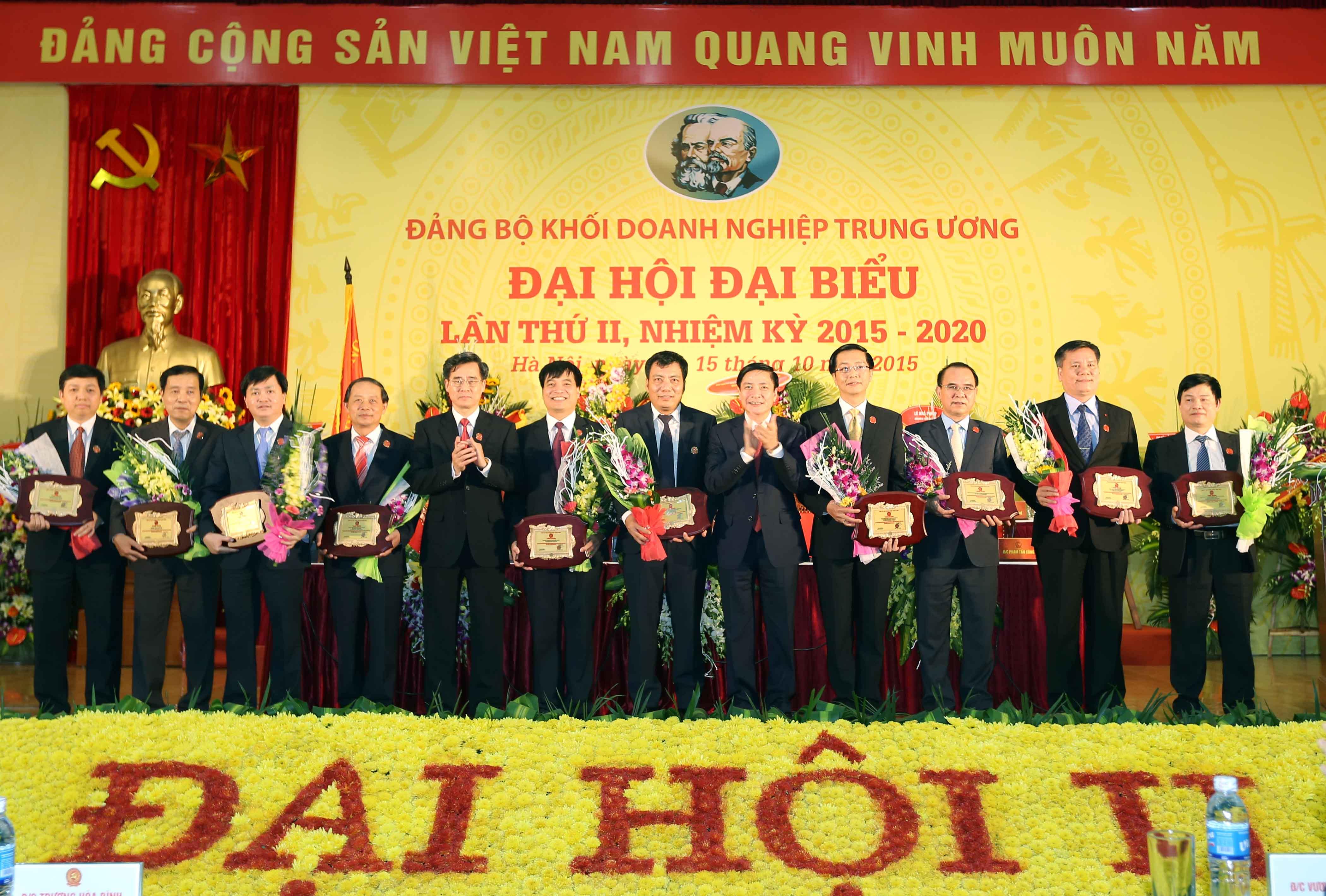 Các đồng chí Thường trực Đảng ủy Khối trao Bảng vinh danh cho đại diện các đơn vị có công trình chào mừng Đại hội.