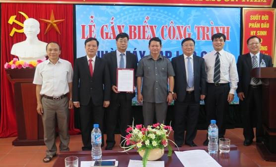 Đại diện lãnh đạo Đảng ủy Khối DNTW và Tỉnh Lào Cai trao Quyết định công nhận và vinh danh các công trình chào mừng Đại hội Đảng toàn quốc lần thứ XII