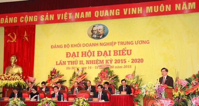 Đồng chí Nguyễn Quang Dương, Phó Bí thư Thường trực Đảng ủy Khối trình bày dự thảo Báo cáo chính trị của Ban Chấp hành Đảng bộ Khối nhiệm kỳ 2015 - 2020.