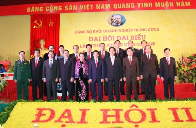 Thủ tướng Chính phủ Nguyễn Tấn Dũng cùng các đồng chí lãnh đạo Đảng, Nhà nước chụp ảnh lưu niệm với Đoàn Chủ tịch, Đoàn Thư ký Đại hội.