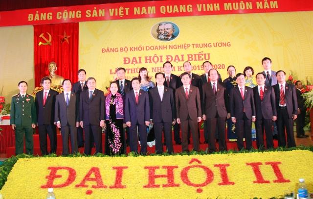 Thủ tướng Chính phủ Nguyễn Tấn Dũng cùng các đồng chí lãnh đạo Đảng, Nhà nước chụp ảnh lưu niệm với Đoàn đại biểu Đảng bộ Cơ quan Đảng ủy Khối.