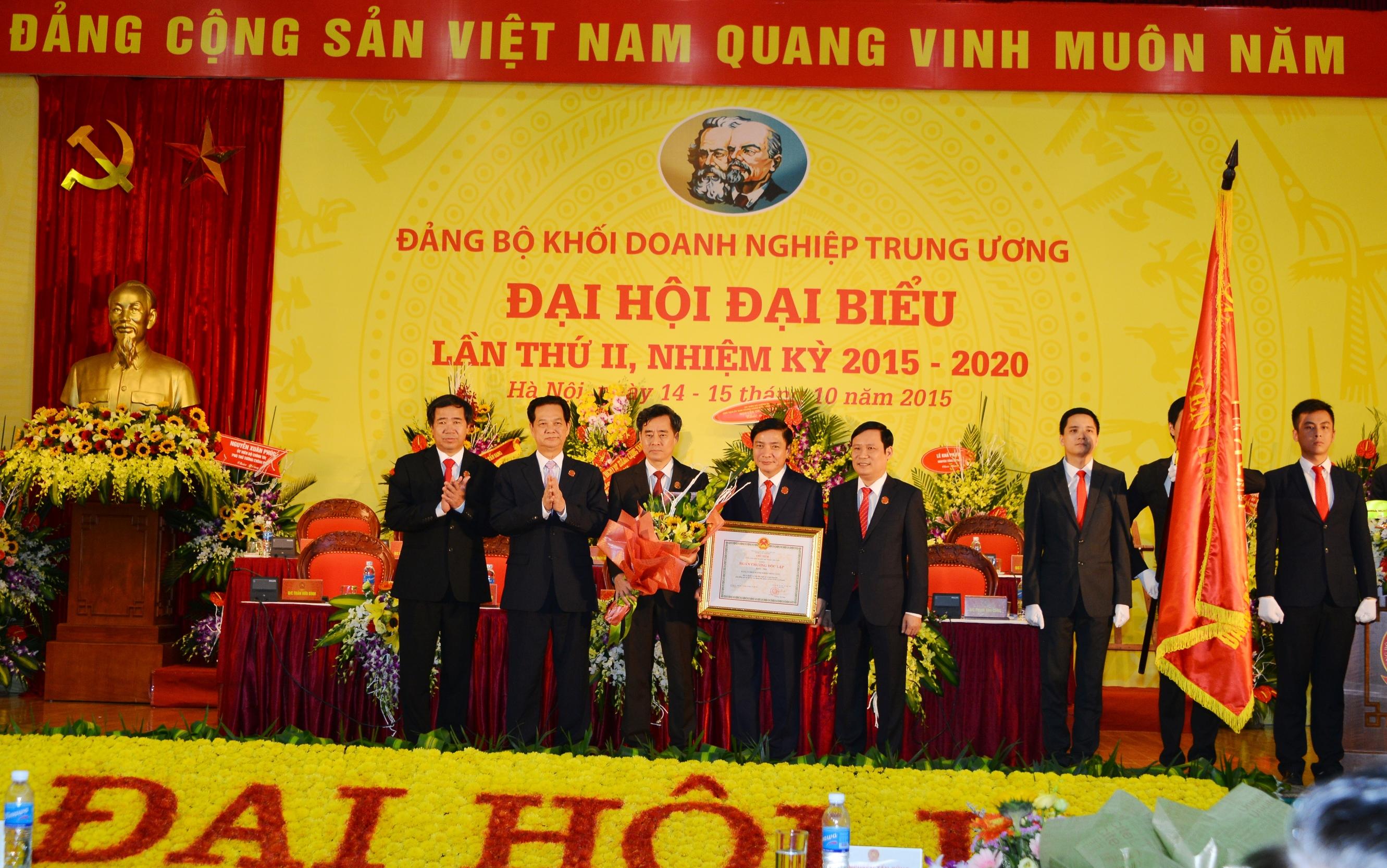 Thừa ủy quyền của Chủ tịch nước, Thủ tướng Chính phủ Nguyễn Tấn Dũng trao tặng Huân chương Độc lập hạng Nhất cho Đảng bộ Khối DNTW