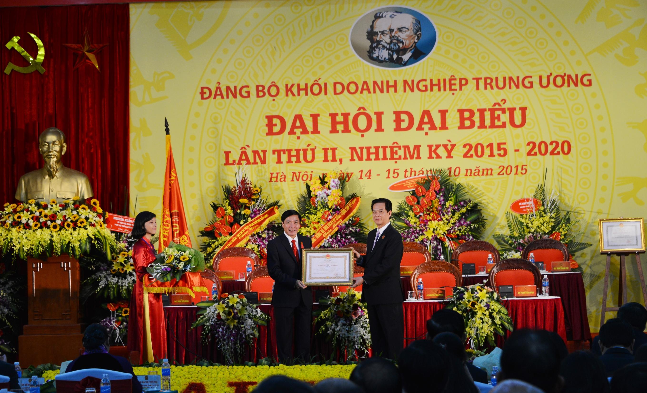 Thủ tướng Chính phủ trao Huân chương Lao động hạng Nhì cho Bí thư Đảng ủy Khối Doanh nghiệp Trung ương Bùi Văn Cường.