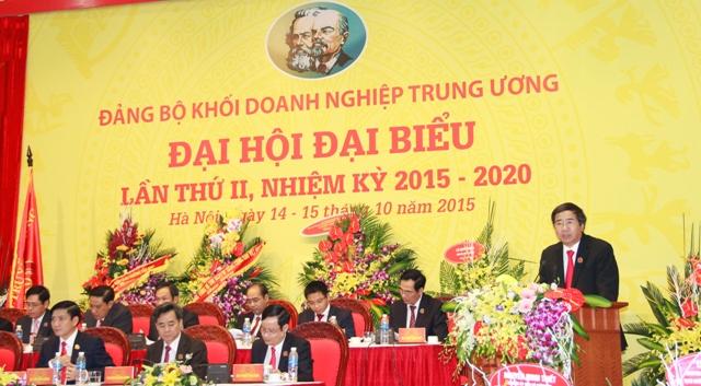 Đồng chí Trần Hữu Bình - Phó Bí thư Đảng ủy Khối trình bày báo cáo tổng hợp ý kiến tham gia vào dự thảo các văn kiện của Trung ương trình Đại hội XII của Đảng.