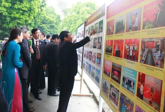 Đại biểu tham quan bảng ảnh chào mừng Đại hội.