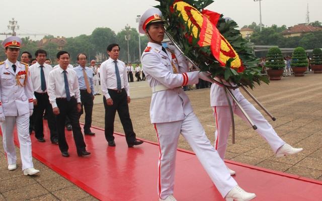Đoàn đại biểu dự Hội nghị vào Lăng viếng Chủ tịch Hồ Chí Minh.