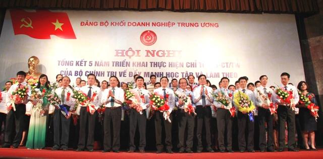 Các tập thể, cá nhân có thành tích tiêu biểu học tập và làm theo tấm gương đạo đức Hồ Chí Minh được tuyên dương, khen thưởng.