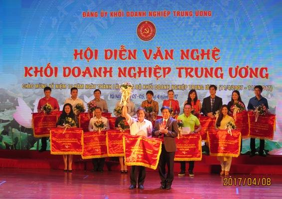 Phó Bí thư Thường trực Đảng ủy Khối DNTW Trần Hữu Bình trao giải Nhất cho đoàn Tập đoàn Công nghiệp Than và Khoáng sản
