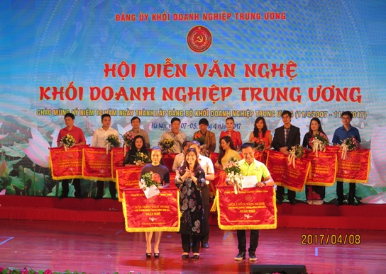 Trưởng Ban Dân vận Đảng ủy Khối DNTW Nguyễn Thị Tiếp trao giải Nhì cho đoàn Tập đoàn Điện lực Việt Nam và Ngân hàng TMCP Ngoại thương Việt Nam