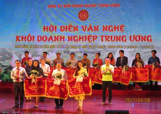 Bí thư Đoàn Khối DNTW, Trưởng ban Tổ chức Hội diễn Vũ Đức Tú trao giải Ba cho đoàn Tổng Công ty Hàng không Việt Nam, Tổng Công ty Công nghiệp Xi Măng và Ngân hàng TMCP Công thương Việt Nam