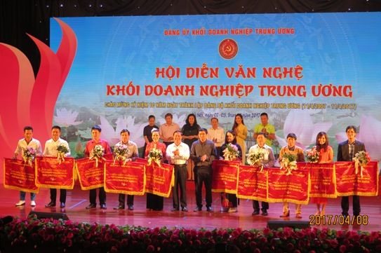 Đại diện lãnh đạo Ban Tuyên giáo Đảng ủy Khối DNTW và Đoàn Khối DNTW trao giải Khuyến khích cho 10 đoàn tham gia Hội diễn