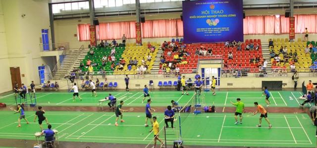 Các vận động viên thi đấu nội dung cầu lông.