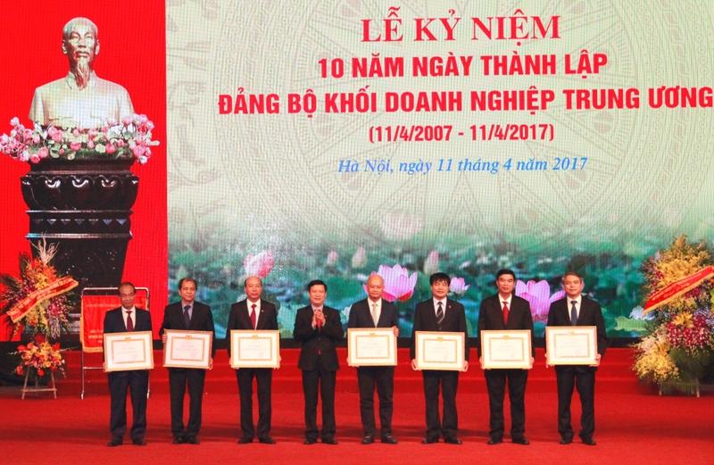 Các tập thể, cá nhân thuộc Đảng bộ Khối Doanh nghiệp Trung ương có thành tích xuất sắc thực hiện công tác an sinh xã hội nhận khen thưởng của Đảng ủy Khối.
