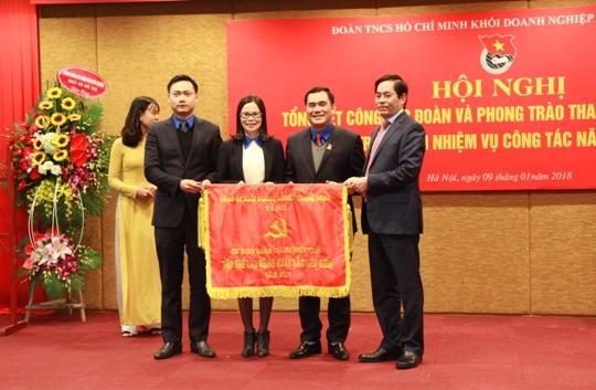 Bí thư Đảng uỷ Khối Doanh nghiệp Trung ương Phạm Viết Thanh trao Cờ thi đua của Đảng ủy Khối cho Đoàn Khối