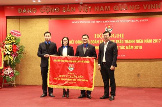 Bí thư thứ nhất Trung ương Đoàn Lê Quốc Phong trao Cờ thi đua xuất sắc của Trung ương Đoàn cho Đoàn Khối Doanh nghiệp Trung ương