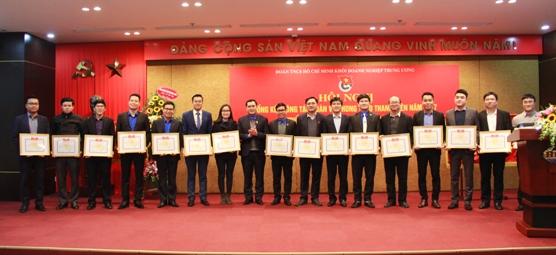 Trao tặng Bằng khen của Đoàn Khối cho các tập thể có thành tích tiêu biểu trong thi đua chào mừng Kỷ niệm 10 năm Ngày thành lập Đảng bộ Khối DNTW