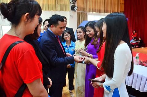 Đ/c Vũ Đức Tú thăm hỏi và tặng huy hiệu Đoàn cho các du học sinh Việt Nam tại trường Đại học Đại Lý