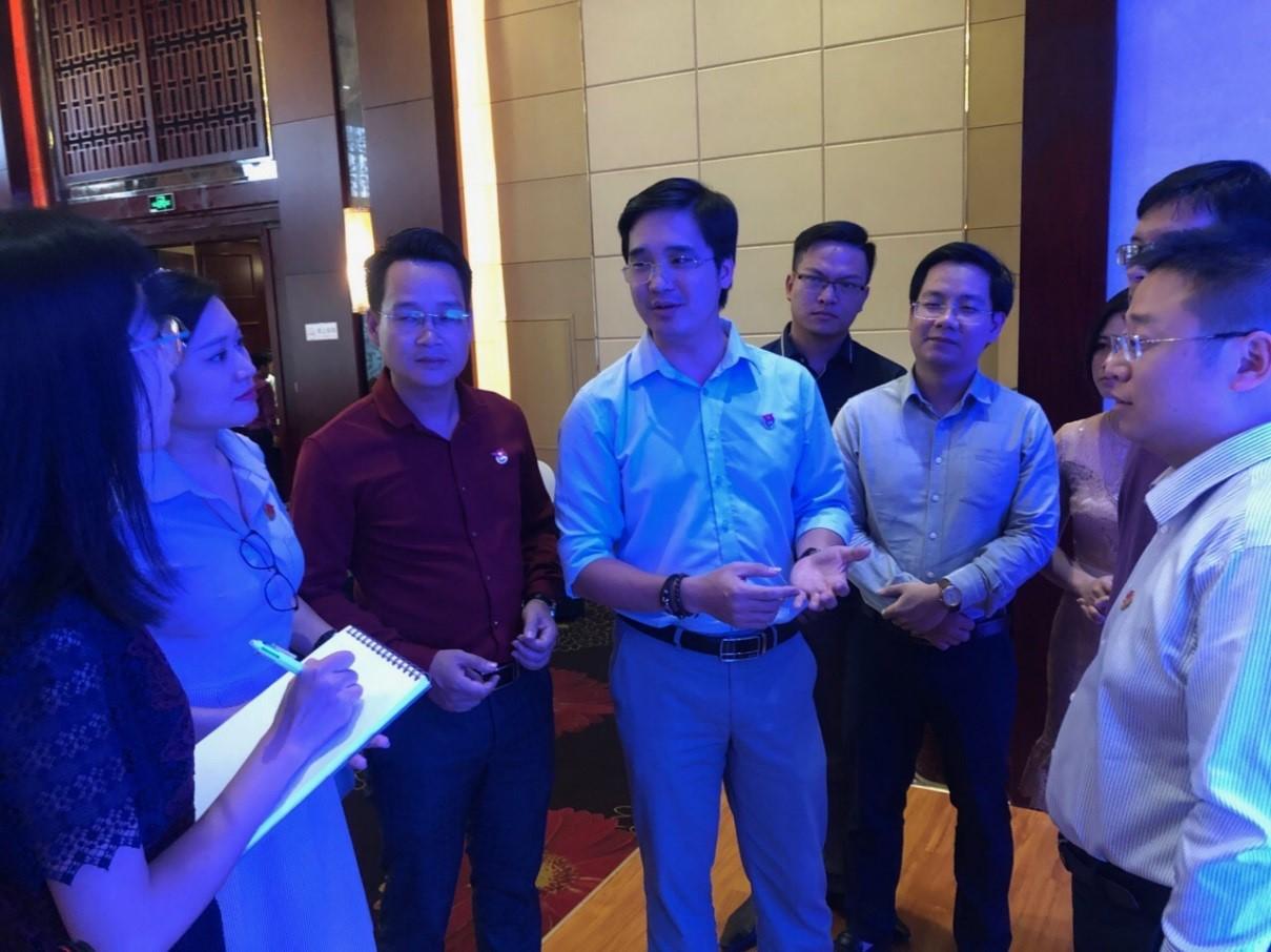Các đại biểu thanh niên Việt Nam trao đổi với các doanh nghiệp trẻ của tỉnh Vân Nam về việc khởi nghiệp