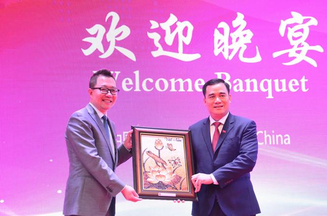 Đ/c Vũ Đức Tú tặng quà lưu niệm cho Trưởng đoàn đại biểu Trung Quốc