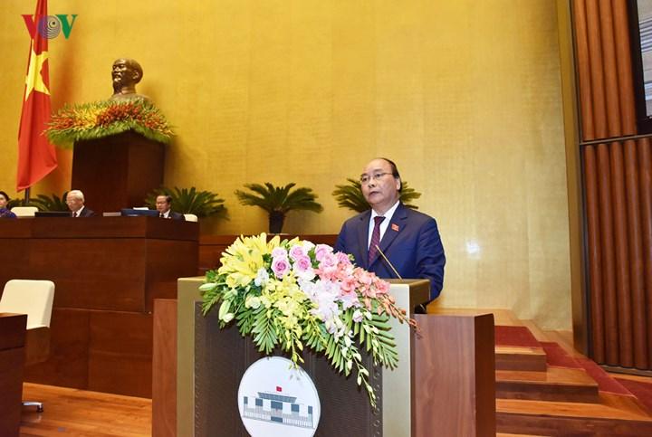 Thủ tướng Chính phủ Nguyễn Xuân Phúc trình bày Báo cáo về tình hình kinh tế - xã hội năm 2018 và kế hoạch phát triển kinh tế - xã hội năm 2019.