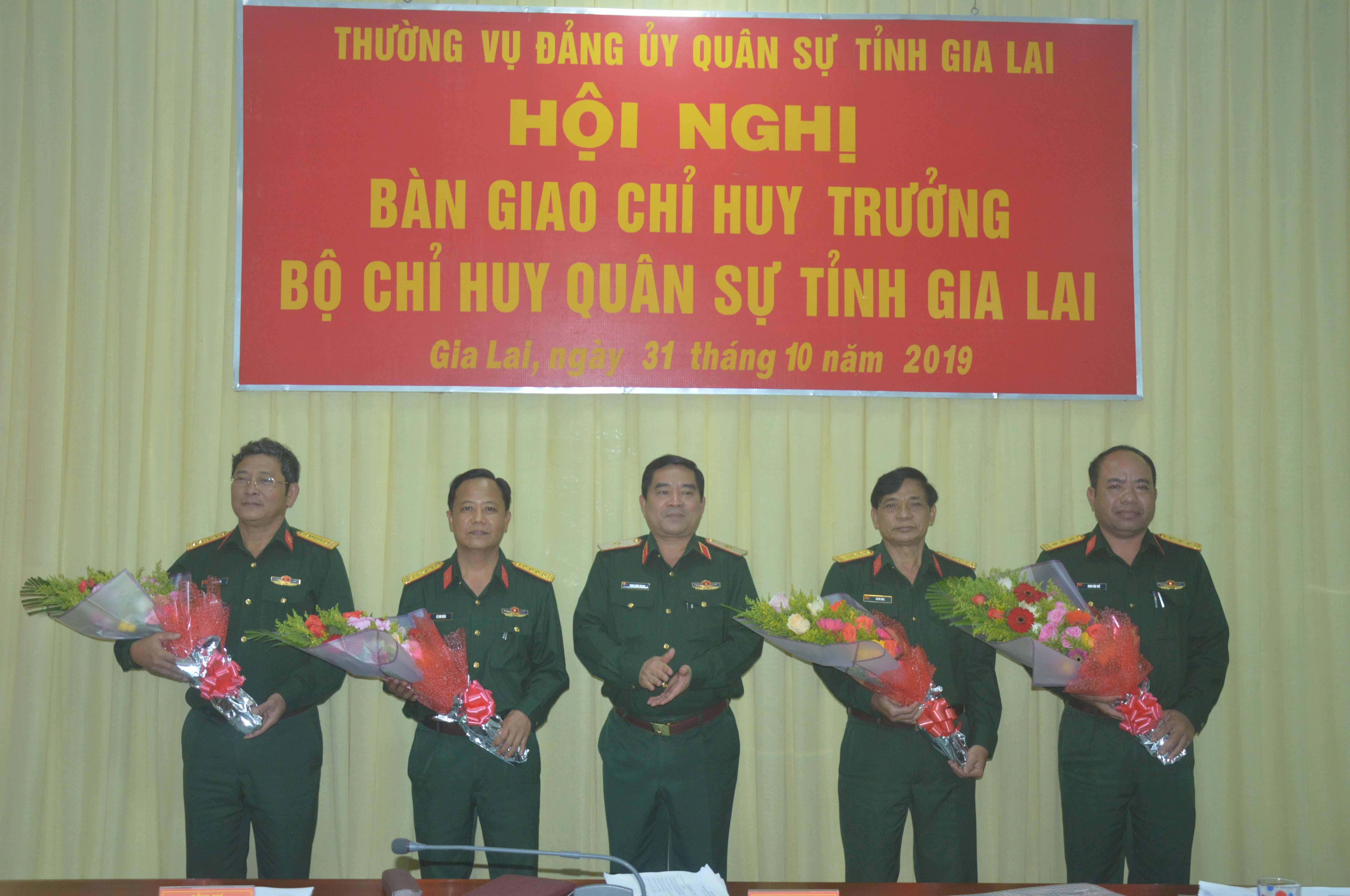 Đồng chí Thiếu tướng Trịnh Đình Thạch - Chính ủy Quân khu 5 tặng hoa cho các đồng chí nhận nhiệm vụ mới và nghỉ hưu. Ảnh: Anh Huy