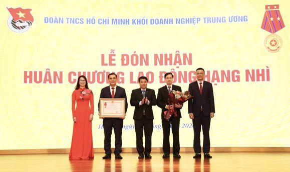 Bí thư Đảng ủy Khối Doanh nghiệp Trung ương Y Thanh Hà Niê Kđăm trao tặng Huân chương Lao động hạng Nhì cho Đoàn Khối.