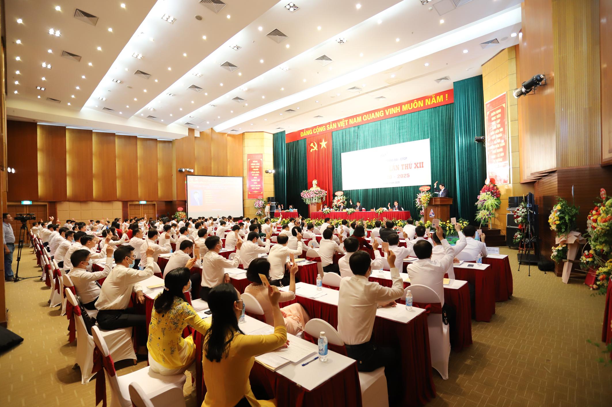 Đại biểu biểu quyết thông qua Nghị quyết Đại hội.