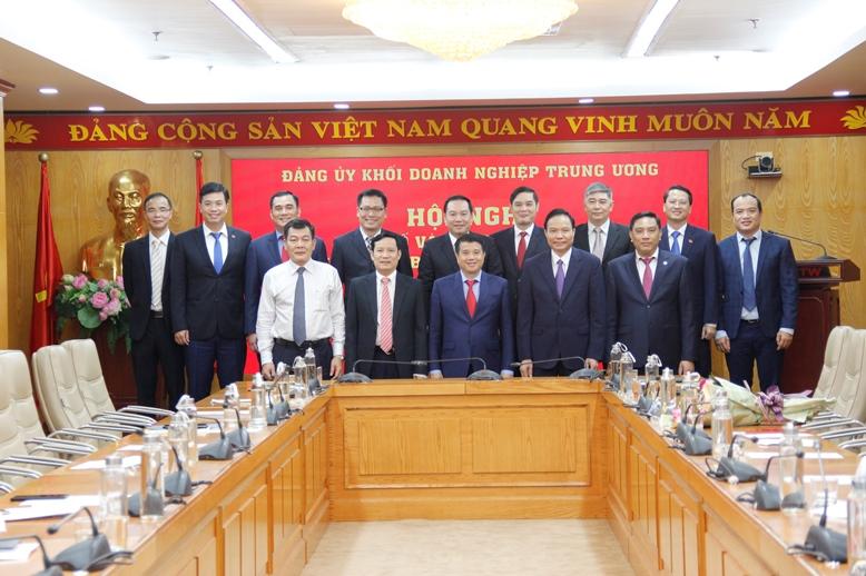 Thường trực Đảng ủy Khối chụp ảnh lưu niệm với các đồng chí được điều động, phân công nhiệm vụ tại các ban, đơn vị thuộc Đảng ủy Khối Doanh nghiệp Trung ương.