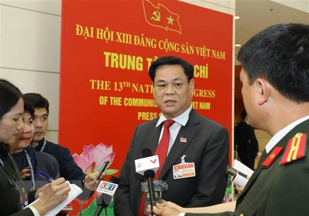 Ông Huỳnh Tấn Việt (Đoàn đại biểu Đảng bộ Khối các cơ quan Trung ương) trả lời phỏng vấn của phóng viên các cơ quan thông tấn, báo chí. (Ảnh: TTXVN)