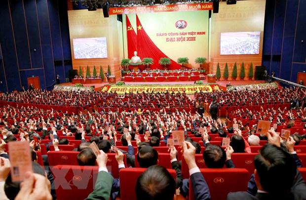 Các đại biểu thông qua Nghị quyết Đại hội XIII. (Nguồn: TTXVN)
