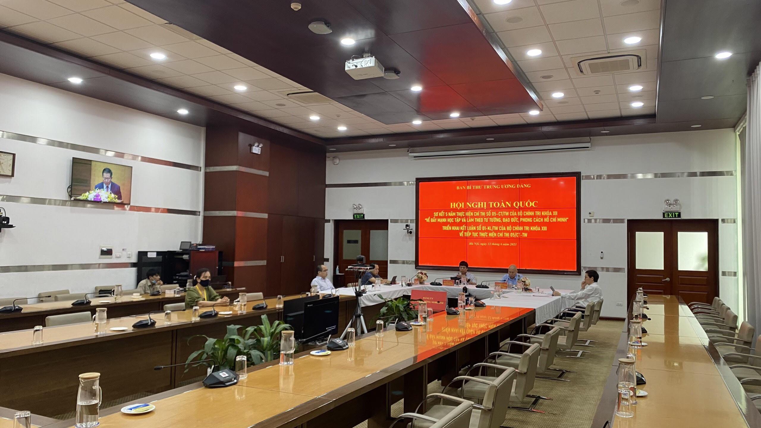 Các đại biểu tham dự Hội nghị tại điểm cầu Đảng ủy Tổng công ty Viễn thông Mobifone.