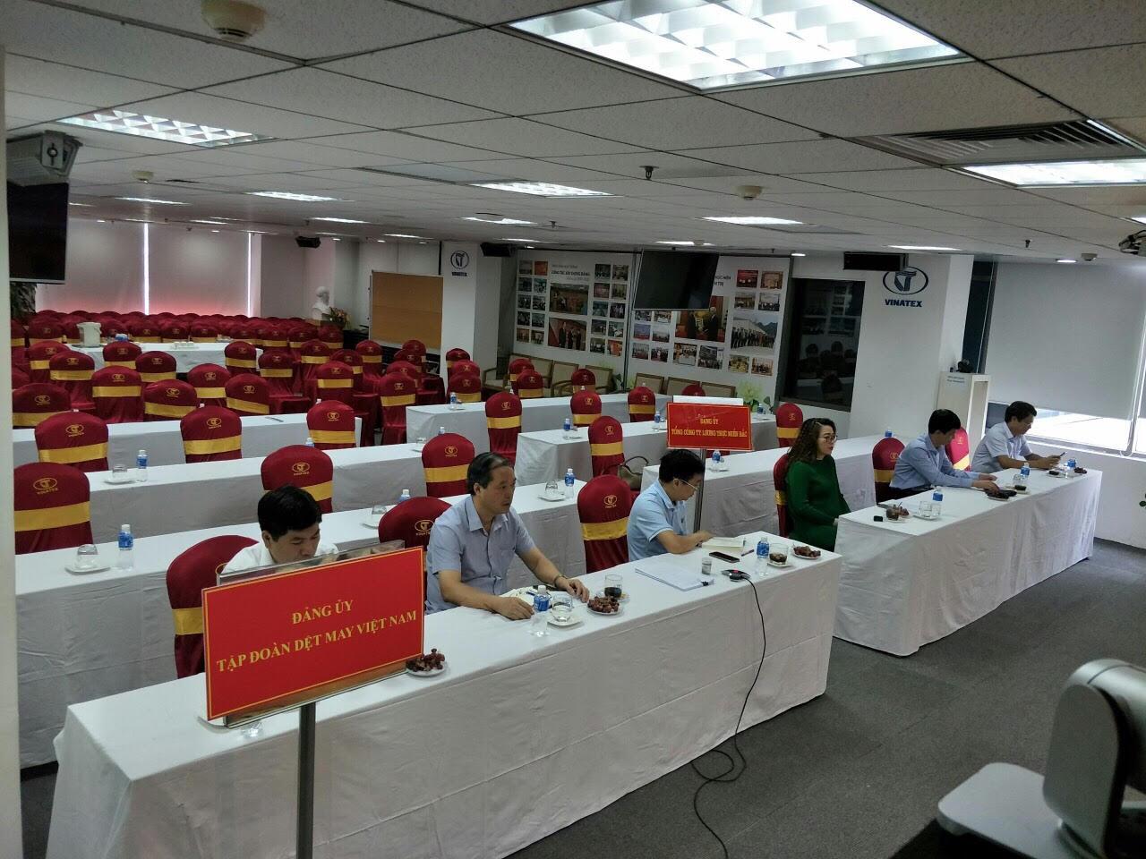 Các đại biểu tham dự Hội nghị tại điểm cầu Đảng ủy Tập đoàn Dệt may Việt Nam và Tổng công ty Lương thực miền Bắc.