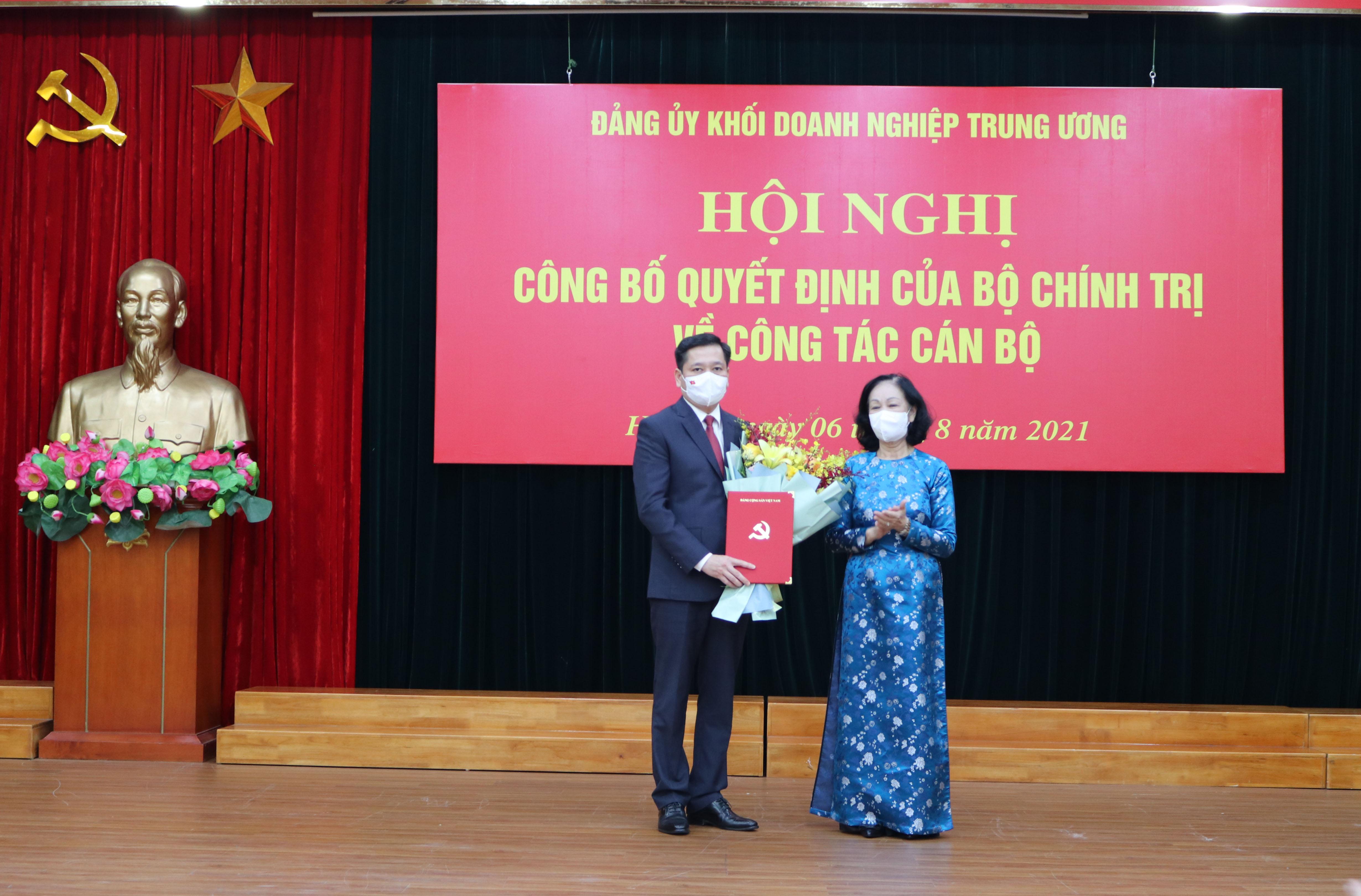Đồng chí Trương Thị Mai, Ủy viên Bộ Chính trị, Bí thư Trung ương Đảng, Trưởng Ban Tổ chức Trung ương trao quyết định, tặng hoa chúc mừng đồng chí Nguyễn Long Hải.