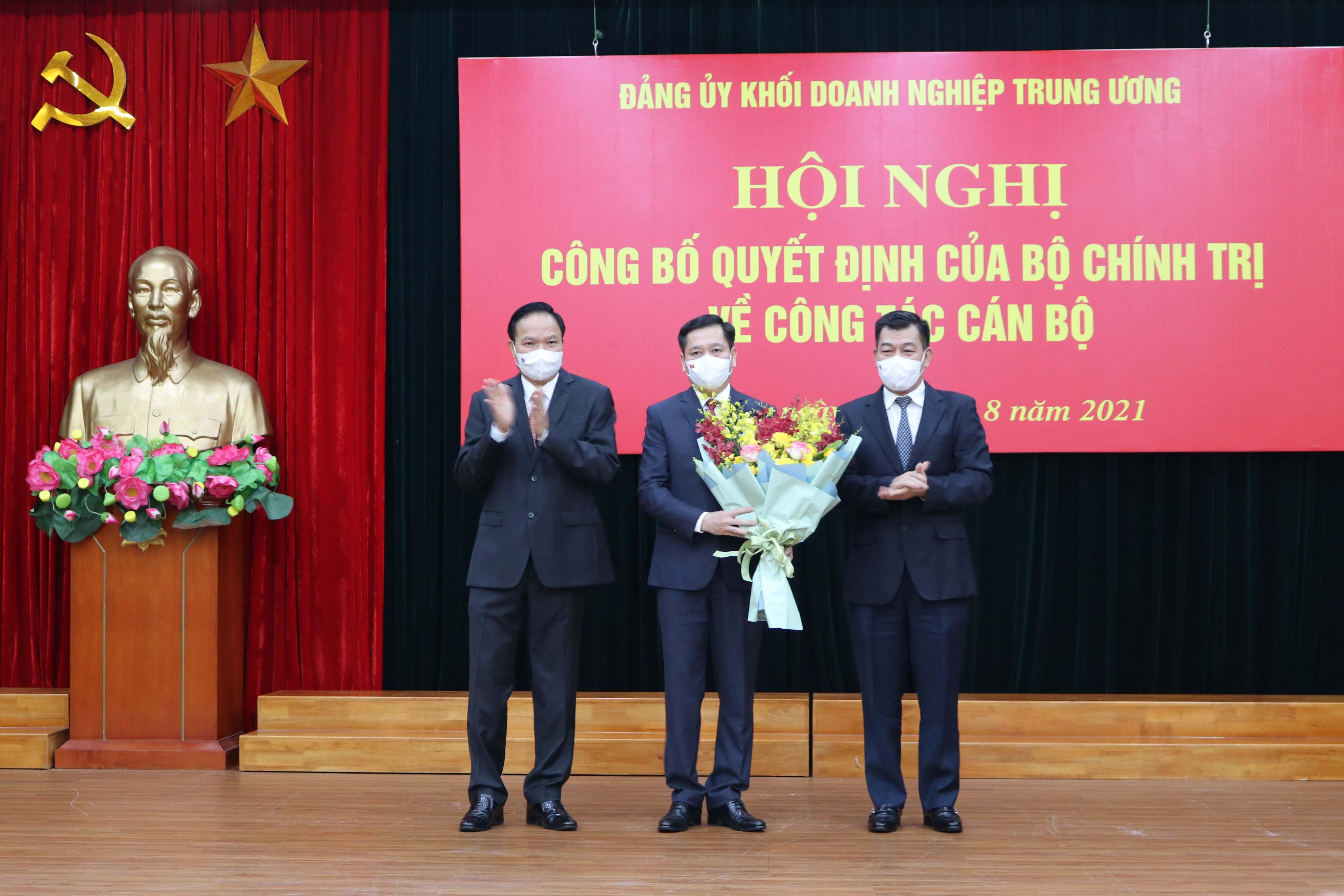 Các đồng chí Phó Bí thư Đảng uỷ Khối Doanh nghiệp Trung ương: Lê Văn Châu và Nguyễn Đức Phong tặng hoa chúc mừng tân Bí thư Đảng uỷ Khối Doanh nghiệp Trung ương.
