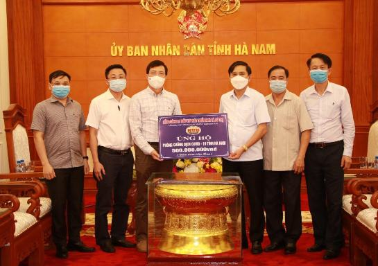 Phó Tổng giám đốc HUD Phạm Văn Ân trao số tiền 500 triệu đồng của Tổng công ty HUD ủng hộ quỹ phòng chống covid-19 tỉnh Hà Nam.